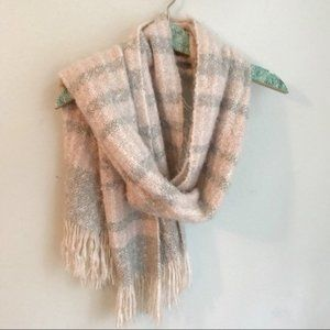 American Eagle Fuzzy Chunky Scarf with Fringe D32